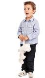使用与他的玩具熊的一个可爱的小男孩的画象 库存照片