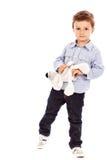 使用与他的玩具熊的一个可爱的小男孩的画象 免版税库存照片
