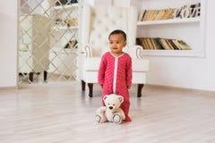使用与他的玩具熊的愉快的男婴 免版税库存图片