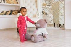使用与他的玩具熊的愉快的男婴 库存图片