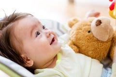 使用与他的玩具的男婴 免版税库存照片