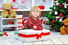 使用与他的红色玩具汽车的快乐的小男孩 免版税库存图片