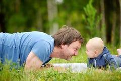 使用与他的婴孩的愉快的父亲 免版税库存照片