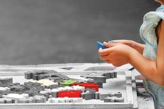使用与建筑块的手孩子 免版税库存照片