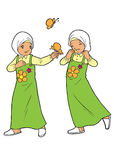 使用与蝴蝶的双回教女孩 免版税库存图片