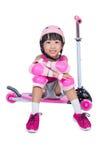 使用与滑行车的亚裔矮小的中国女孩 免版税图库摄影