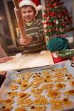 使用与滚针的男孩在圣诞节烘烤 免版税库存照片