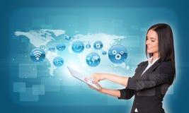 使用与app的妇女数字式片剂和世界地图 免版税库存图片
