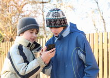 使用与MOBIL电话的男孩 库存图片