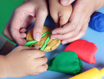 使用与playdough的孩子和母亲 库存图片