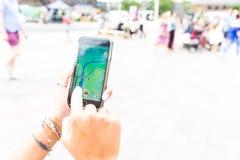 使用与Pokemon的妇女去app 免版税库存图片