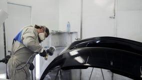 使用专业喷水隆头,人由黑染料报道一部分的汽车 影视素材