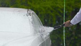使用专业洗车设备,供以人员喷洒的泡沫或浇灌在汽车, 影视素材