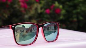 使用两个少年的女孩,游泳和享受在后院水池的太阳` s光芒 海滩蓝色反映太阳镜水 股票录像