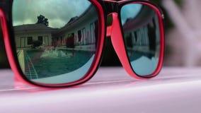 使用两个少年的女孩,游泳和享受在后院水池的太阳` s光芒 海滩蓝色反映太阳镜水 影视素材
