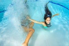 使用两个的女孩在水面下 库存照片
