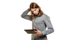 使用个人计算机片剂浏览互联网的时尚人 图库摄影