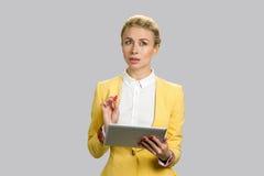 使用个人计算机片剂的体贴的企业夫人 库存图片