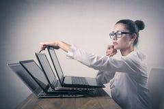 使用个人计算机的女实业家 免版税库存图片