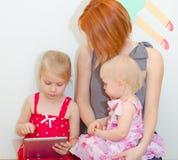 使用个人计算机的母亲和女儿 免版税库存图片