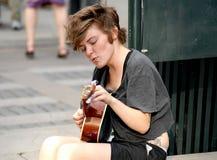 使用为在街道上的金钱的音乐家 库存图片