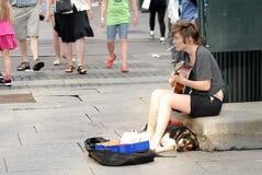 使用为在街道上的金钱的音乐家 库存照片