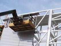 使用举的景气的建筑工人 免版税库存照片
