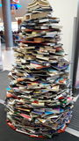 使用书的圣诞树创造性的装饰 库存图片