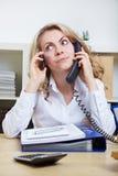 使用二个电话的妇女 免版税库存图片