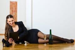 使用互联网的妇女为网上约会 免版税库存照片