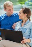 使用互联网的愉快的夫妇在家 免版税库存照片
