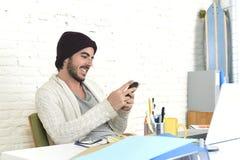 使用互联网的时髦商人在自由职业者的企业概念的手机的 免版税库存图片