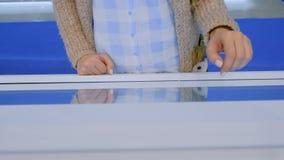 使用交互式触摸屏幕显示的妇女在技术陈列 影视素材