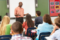 使用交互式Whiteboard的老师在教训期间 免版税图库摄影