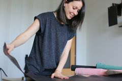 使用产假的女孩做皮革辅助部件 免版税库存照片