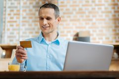 使用他的信用卡的正面高兴人 库存照片