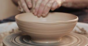 使用他的手和瓦器工具,横式转盘的陶瓷工做陶瓷产品 关闭 手工制造,工艺 空白 影视素材