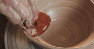 使用他的手和瓦器工具,横式转盘的陶瓷工做陶瓷产品 关闭 手工制造,工艺 空白 股票视频