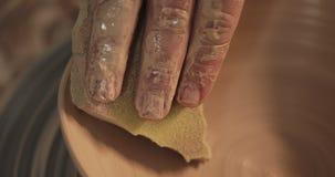 使用他的手和瓦器工具,横式转盘的陶瓷工做陶瓷产品 ?? 手工制造,工艺 ?? 股票视频