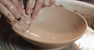 使用他的手和瓦器工具,横式转盘的陶瓷工做陶瓷产品 ?? 手工制造,工艺 ?? 股票录像