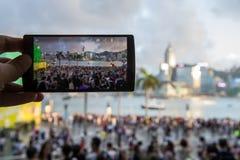 使用他的手机的人拍照片打鸣在沿海岸区 图库摄影