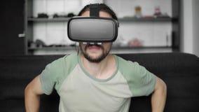 使用他的VR耳机显示的年轻有胡子的行家人开始虚拟现实比赛或观看的360录影,当时
