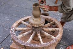 使用传统轮子的陶瓷工 免版税图库摄影