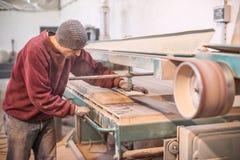 使用传送带沙磨机的木匠 免版税库存图片