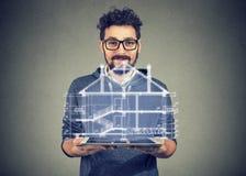 使用便携式的电子赞成片剂的有胡子的人显示新的家庭项目 免版税库存图片
