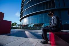 使用便携式计算机和虚拟现实玻璃的商人 库存照片
