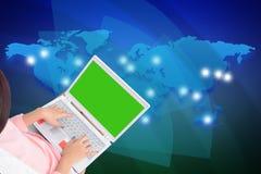 使用便携式计算机有蓝色世界地图背景的妇女 库存照片