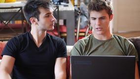 使用便携式计算机的两个年轻男性朋友 股票视频