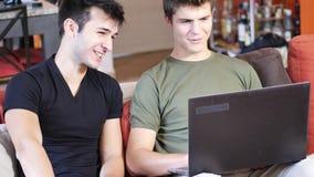 使用便携式计算机的两个年轻男性朋友 影视素材