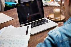 使用便携式计算机的企业人 免版税库存照片